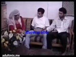 Арабская сучка захотела группового секса с двумя парнями
