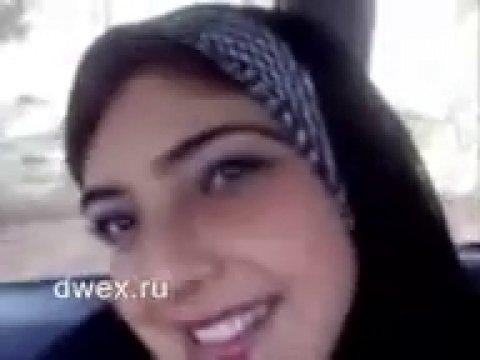 Милая арабка показала свою грудь
