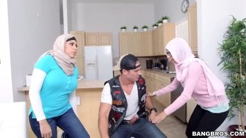 Молоденькая арабка делает минет любовнику