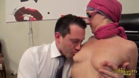 В офисе араб ебет свою стройную секретаршу