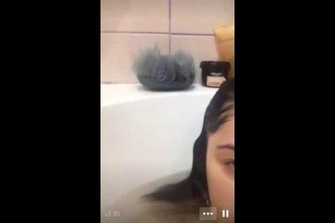 Черноволосая азерша показывает письку в ванной