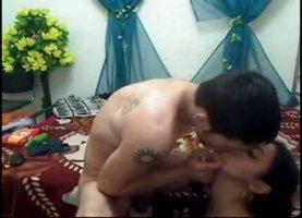 На телефон азер шпилит свою ненасытную молоденькую сучку