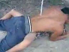 Чеченец ебется со своей девушкой на сырой земле