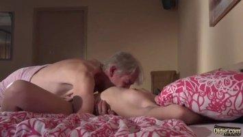 Проститутка в косынке на квартире ебется с чеченцем