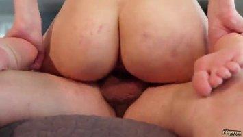 Во время секса с чеченцем девушка сосет свой палец