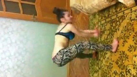 Девушка дурачится на камеру показывая свои прелести в танце