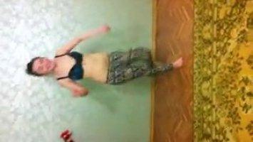 Голая кавказская сучка раздевается на камеру