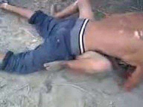 Плрно видео: пьяный кавказец трахает сучку во дворе.