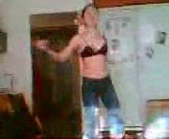 Казахская давалка перед парнем танцует секси танец