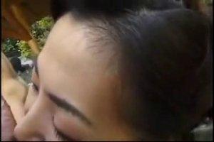 Киргиз засадил хуй в рот темноволосой даме