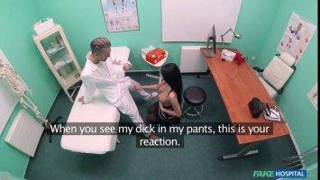 На приеме у доктора брюнетка сняла с себя красные трусики