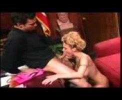 Пьяная русская бабенка на диване сделала минет взрослому мужчине