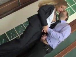 Русская секретарша повышает карьеру отличным сексом