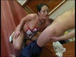 Русская шалашовка соснула хуй в туалете и дала себя трахнуть