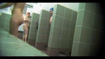 Русских телочек в душе снимает на камеру импотент
