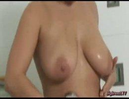 В ванной русская женщина купает своисиськи и пизду