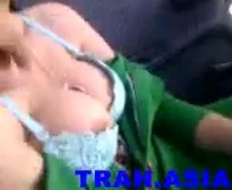 Парень оголяет большую грудь молодой турецкой девушки