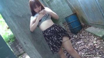 Во дворе на улице похотливая узбечка мастурбирует свою письку