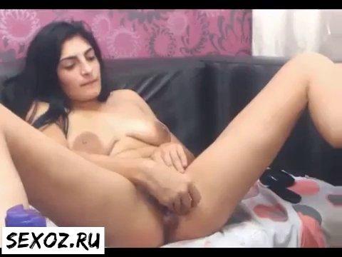 Зрелая сексуальная узбечка с большой грудью ласкает клитор на камеру